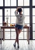 Mädchen zu Hause Stockfotos