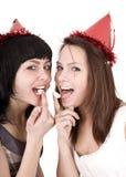 Mädchen zwei auf Geburtstag essen Schokoladenkuchen. stockfoto