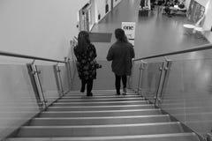 Mädchen zwei, das unten auf Treppe geht lizenzfreies stockbild