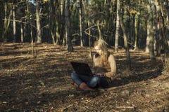 Mädchenarbeitsradioapparat in der Natur Stockbilder