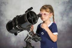 Mädchenastronom glücklich überrascht durch, was er im Teleskop sah stockfotografie