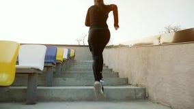 Mädchenathlet läuft schnell herauf die Treppe des Stadions stock video footage