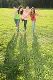 Mädchenaufstellung im Freien Lizenzfreies Stockfoto