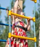 Mädchenaufstiege auf der Strichleiter Stockbild