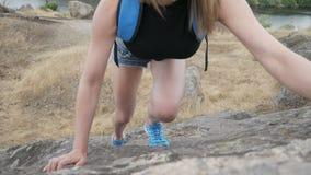 Mädchenaufstiege auf einem Felsen stock video footage