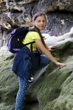 Mädchenaufstiege auf einem Felsen draußen Stockfotografie