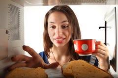 Mädchenausdehnung zum Sandwich. Stockfotografie