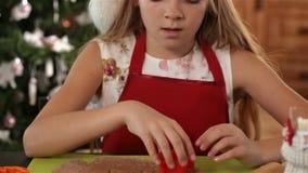Mädchenausschnitt-Weihnachtsplätzchen formt vom Lebkuchenteig stock video footage