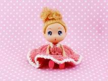 Mädchenbaby - Puppenrosakleid auf rosa Polkahintergrund Stockfotografie