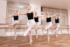 Mädchenballetttänzer proben in der Ballettklasse stockfotografie