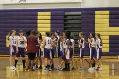 Mädchenbasketball-spieler, die einen Spieler congradulating sind Lizenzfreie Stockfotografie