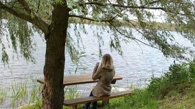 Mädchenbaumbank-Seehaar stock video footage