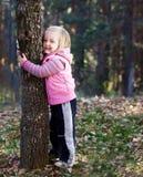 Mädchenbaumumarmung stockbilder