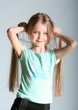Mädchenbaumusterhaltungen Stockfotos