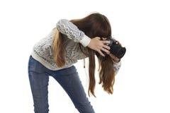 Mädchenbegeisterung, die das Kameraobjektiv betrachtet Stockfoto