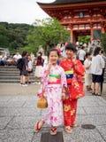 Mädchenbeitrag zwei Kimonos am Tor von kiyomizu-dera Tempel Lizenzfreie Stockbilder