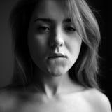 Mädchenbisslippe mögen Pornostar stockfotografie