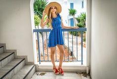 Mädchenblondine mit den langen Beinen in einem Strohhut n der Bogen, Sommerurlaubsort im Hotel Santorini, Zypern, Athen, Griechen lizenzfreie stockfotografie