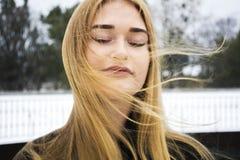 Mädchenblondine mit Haarfliegen im Wind Stockbild