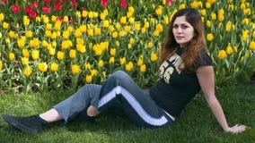 Mädchenblumengarten sitzen sich hin lizenzfreie stockfotos