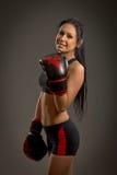 Mädchenboxer auf einem dunklen Hintergrund Lizenzfreie Stockbilder