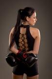 Mädchenboxer auf einem dunklen Hintergrund Stockfoto
