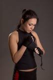 Mädchenboxer auf einem dunklen Hintergrund Stockfotos
