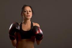 Mädchenboxer auf einem dunklen Hintergrund Lizenzfreies Stockfoto