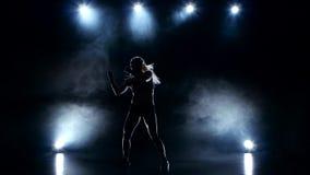 Mädchenboxer bearbeitet unglaublich schnelle Hände Schattenboxen stock video footage