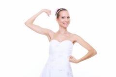 Mädchenbraut zeigt ihre Muskelstärke und -energie Stockbild