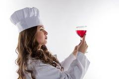 Mädchenchef mit einem großen Glas O Stockfotografie