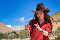 Mädchencowboy hält seine Finger wie ein Gewehr stockfoto