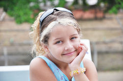 Mädchendenken glücklich Lizenzfreies Stockfoto