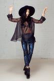 Mädchendisco, die blaue glänzende Hosen Hut und Fersen tanzt Stockfoto