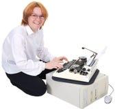 Mädchendrucken auf einer Schreibmaschine Stockfoto