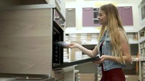 Mädcheneinkaufen für Haus stock video