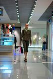 Mädcheneinkaufen im Mall Lizenzfreie Stockfotografie