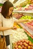 Mädcheneinkaufen am Supermarkt lizenzfreie stockfotografie