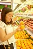 Mädcheneinkaufen am Supermarkt lizenzfreies stockbild