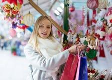 Mädcheneinkaufen am Weihnachtsmarkt Lizenzfreie Stockbilder