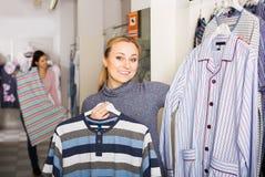 Mädcheneinkaufensleepwear für Mann Lizenzfreie Stockfotos