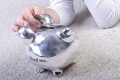 Mädcheneinsparung ihr Geld Stockfoto
