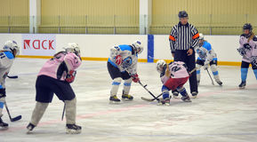 Mädcheneishockeymatch Lizenzfreie Stockfotografie