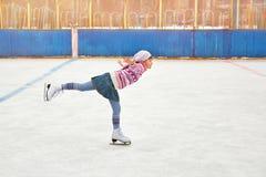 Mädcheneislauf auf Eisbahn stockfoto