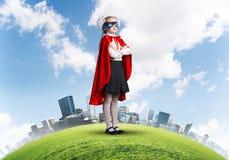 Mädchenenergiekonzept mit nettem Kinderwächter gegen Stadtbildhintergrund stockfoto