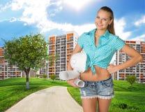 Mädchenerbauer, der Papierrollen, Sturzhelm hält Grün Lizenzfreies Stockbild