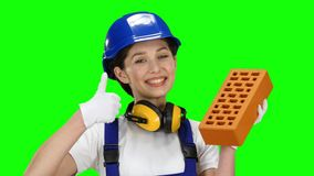 Mädchenerbauer I trägt einen Ziegelstein für Bau und Show thrumbs oben Grüner Bildschirm stock video