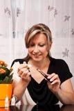 Mädchenfüllen mit Flüssigkeit ihre elektrische Zigarette Lizenzfreie Stockfotografie