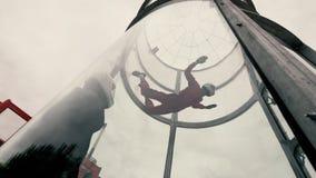 Mädchenfallschirmjäger, der ein Fallschirmspringen in einem Windkanal durchführt lizenzfreie stockbilder