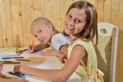 Mädchenfarbenbleistifte Lizenzfreies Stockbild